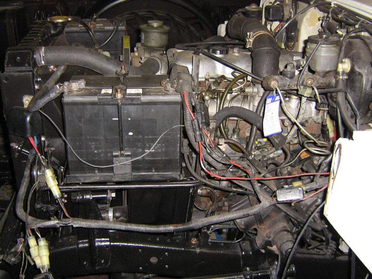 """Die Kabel und Relais welche ziellos in den Motorraum geworfen waren, standen zu aller Freude auch noch unter Spannung. Bei dem Versuch herauszufinden welchen Nutzen diese Dinger hatten bin ich leider gescheitert. Ich habe sie dann unter der Kategorie """" Brandbeschleuniger"""" gebucht und alles entfernt."""