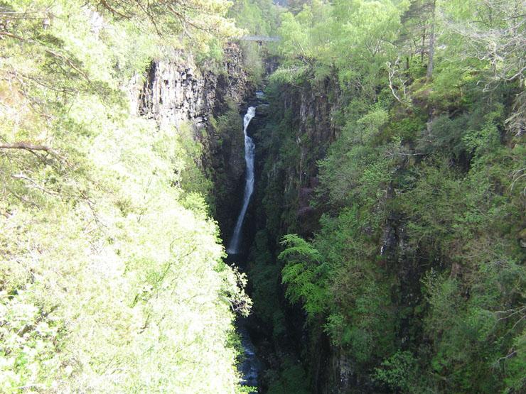 Hier sieht man die komplette Brücke über die Victoria-Falls