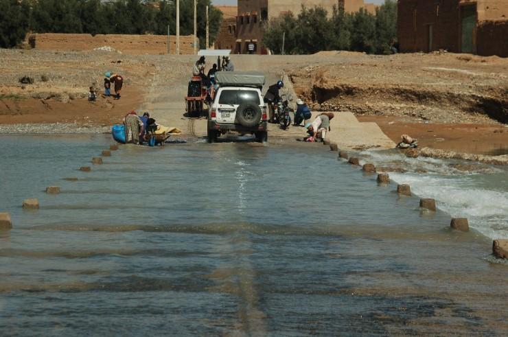 Unterwegs zu den Skulpturen müssen wir einen Fluss durchqueren. Die einheimischen Frauen wachen hier ihre Wäsche.