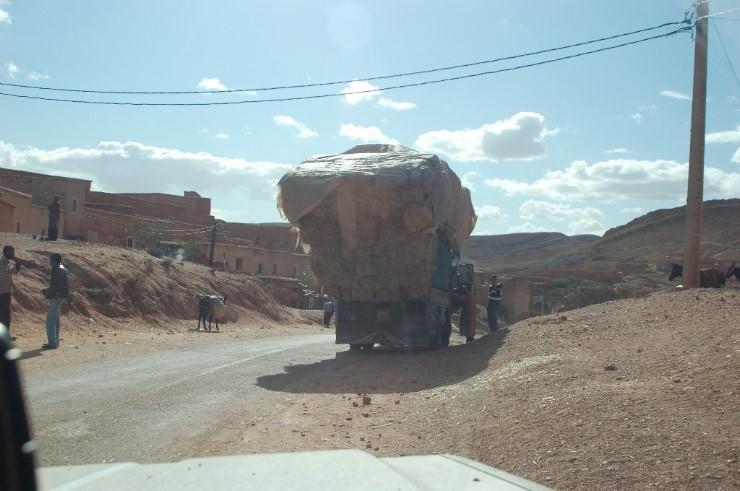 Die Marokkaner sind Ladekünstler, es wird geladen was auf das Fahrzeug passt. Ob man ihren Künsten jedoch vertrauen kann ist eine andere Sache.