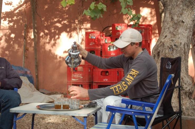 Wenn man sich in Marokko zusammensetzt, gehört ein gepflegtes Gläschen Tee immer dazu.