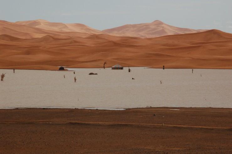 Keine Fatamorgana, die Turisten werden wohl zu dem Zelt schwimmen müssen…