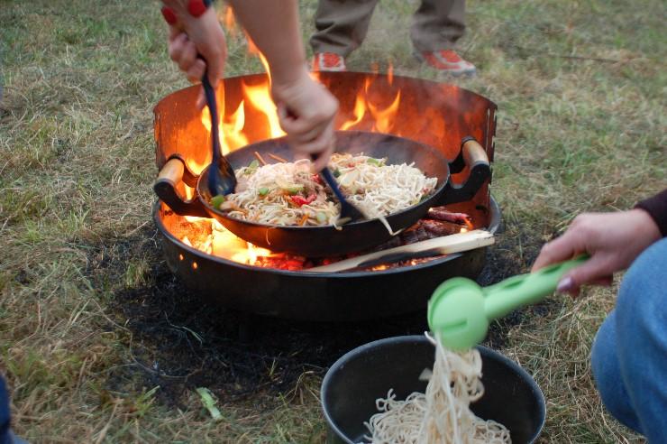 Kochen mit Glut, Feuer und Rauch, nur ein perfektes Timing kann für das Gelingen garantieren.