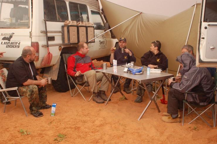 Was hier nach Sibirienexpedition aussieht, soll ein geselliges Zusammensein in der Sahara ermöglichen, denn die Temperaturschwankungen sind hier nicht ohne.