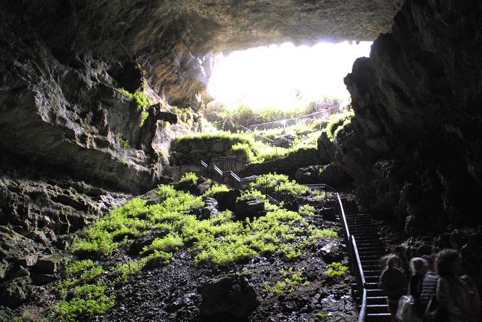 Allein der Eingang beeindruckt. Im Inneren der Höhle sind es nur 12° und die Führung dauert eine Stunde, also passende Kleidung tragen