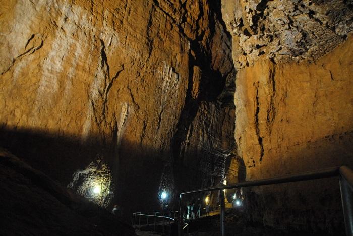 Kein Saal, nur ein Verbindungsgang, jetzt könnt ihr euch mal einen ungefähren Eindruck von der Höhle machen.