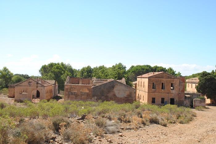 Eine verlassene Bergbausiedlung. Sie dient den Viehherden als Unterschlupf und Stallung.
