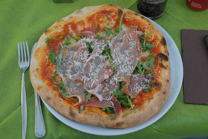 Saulecker und ein Muss auf Italien und Sardinien: Pizza aus dem Forno a Legna- ein Steinofen der mit Holz geheizt wird.